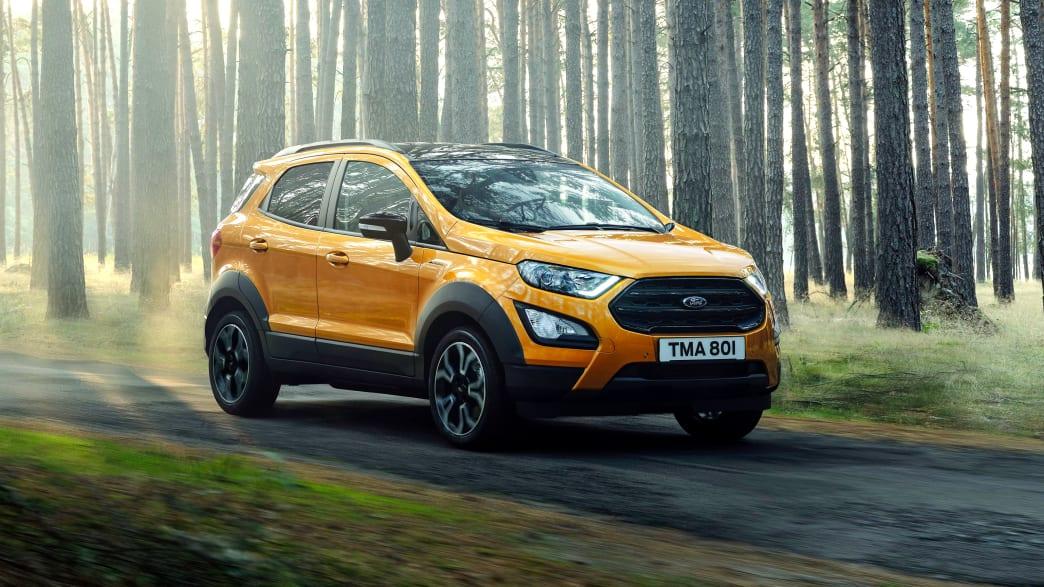 Ford EcoSport fahrend im Wald