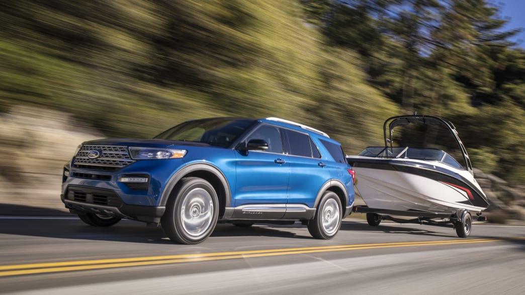 Ford Explorer Hybrid mit Bootsanhänger