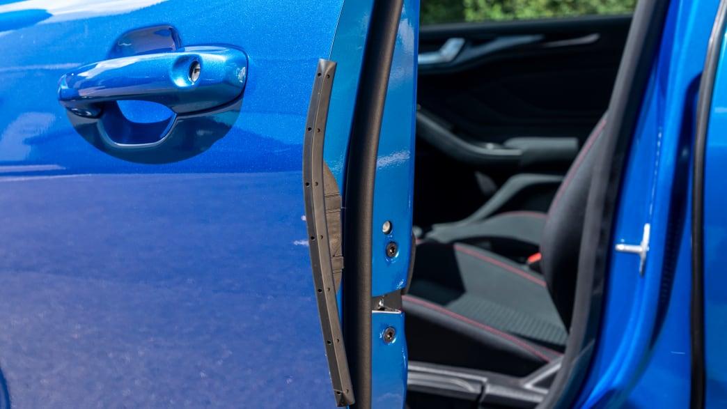 Vordertuer eines blauen Ford Focus Turnier