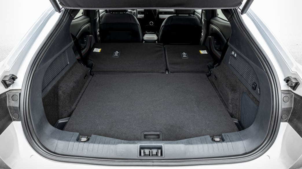 umgeklappter Kofferraum eines Ford Mustang Mach-E