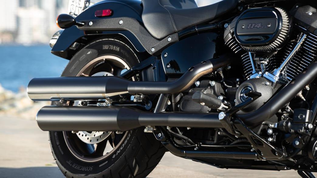 Nahaufnahme vom Motorblock und des hinteren Teils, samt Auspuff und Hinterrad, der Harley Davidson Low Rider S
