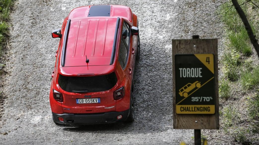 Jeep Renegade Plug-in Hybrid, von oben fotografiert, fahrend auf einem Schotterweg