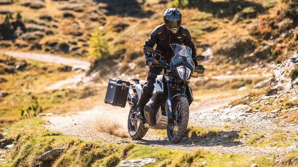 KTM 790 Adventure fährt im Gelände
