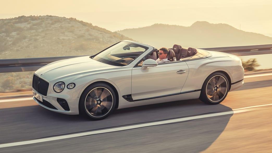 Seitenansicht eines fahrenden Bentley Continental GT Convertibile