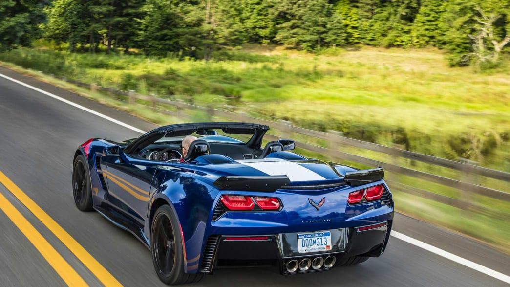 Heckansicht einer Chevrolet Corvette fahrend auf einer Straße