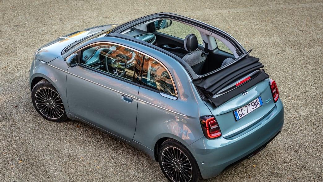 Draufsicht auf einen stehenden Fiat 500 C