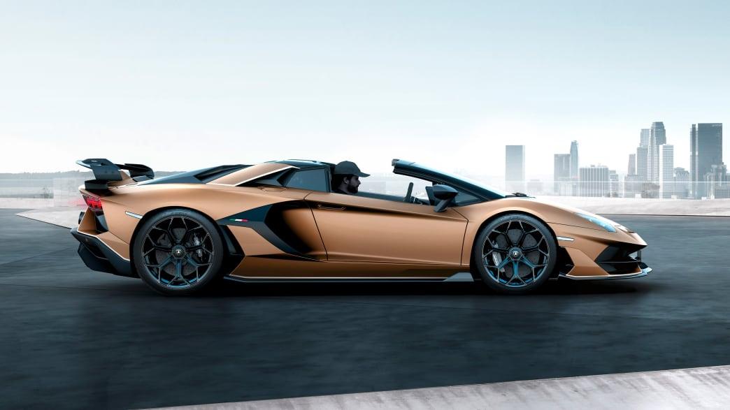 Seitenansicht eines stehenden Lamborghini Aventador Roadster