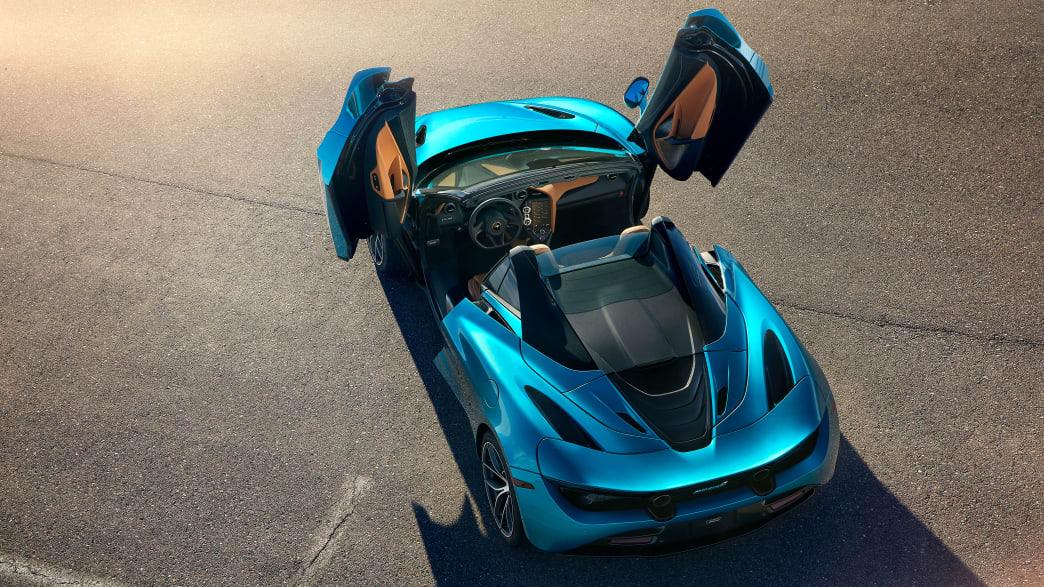 Draufsicht auf einen McLaren 720 S Spider mit geöffneten Türen