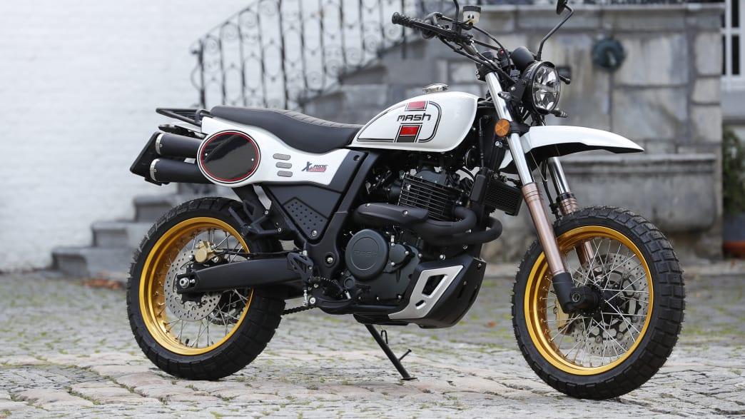 Das Motorrad Mash X-Ride 650 steht vor einem Gebaeude