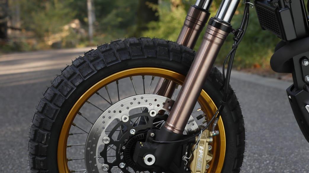 Vorderrad und Gabel vom Motorrad Mash X-Ride 650