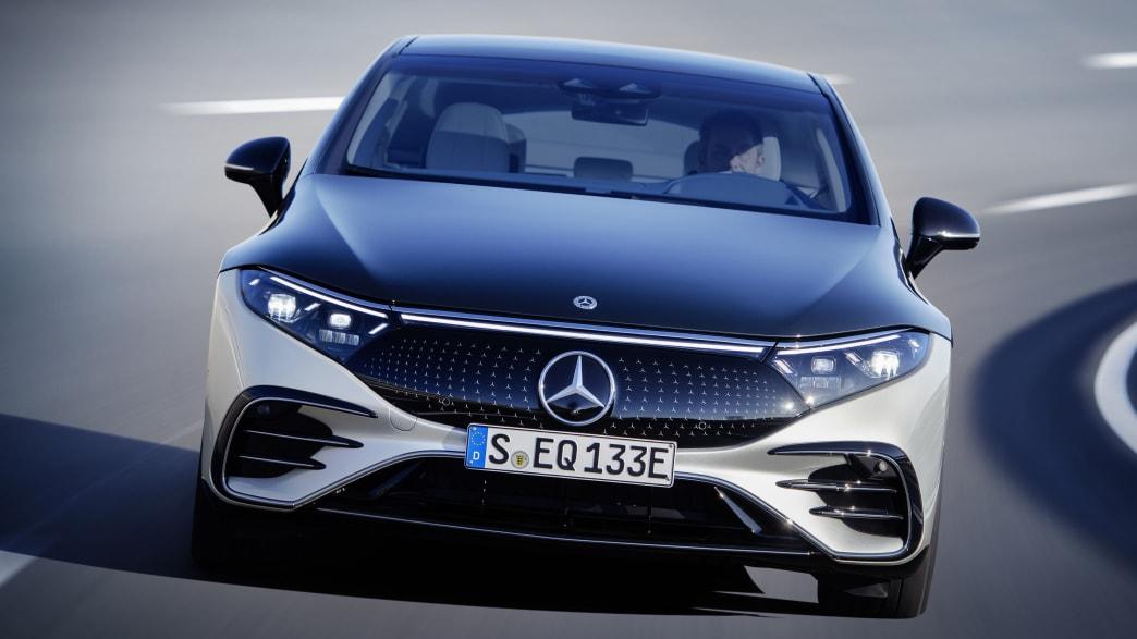 Mercedes EQS fahrend von vorne