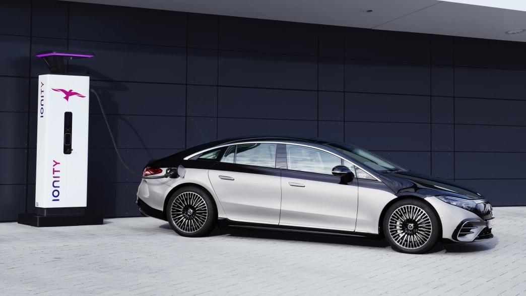 Mercedes EQS steht an einer Ladesäule.