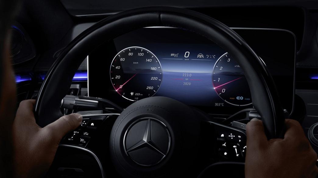 Display hinter dem Lenkrad der neuen Mercedes S-Klasse