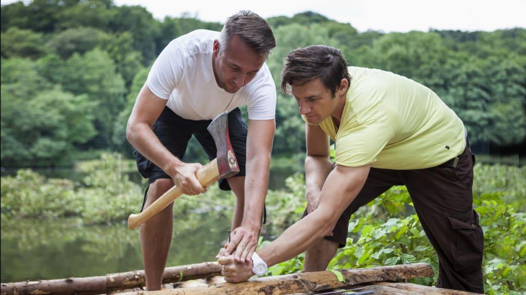 Zwei Männer bauen ein Floß