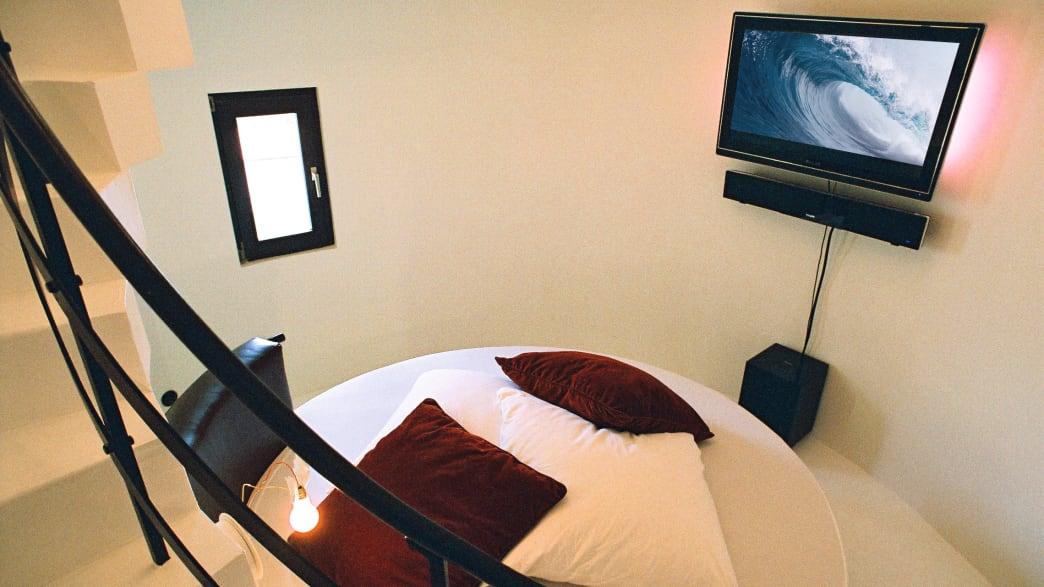 Ein kleines rundes Zimmer mit einem Fernseher