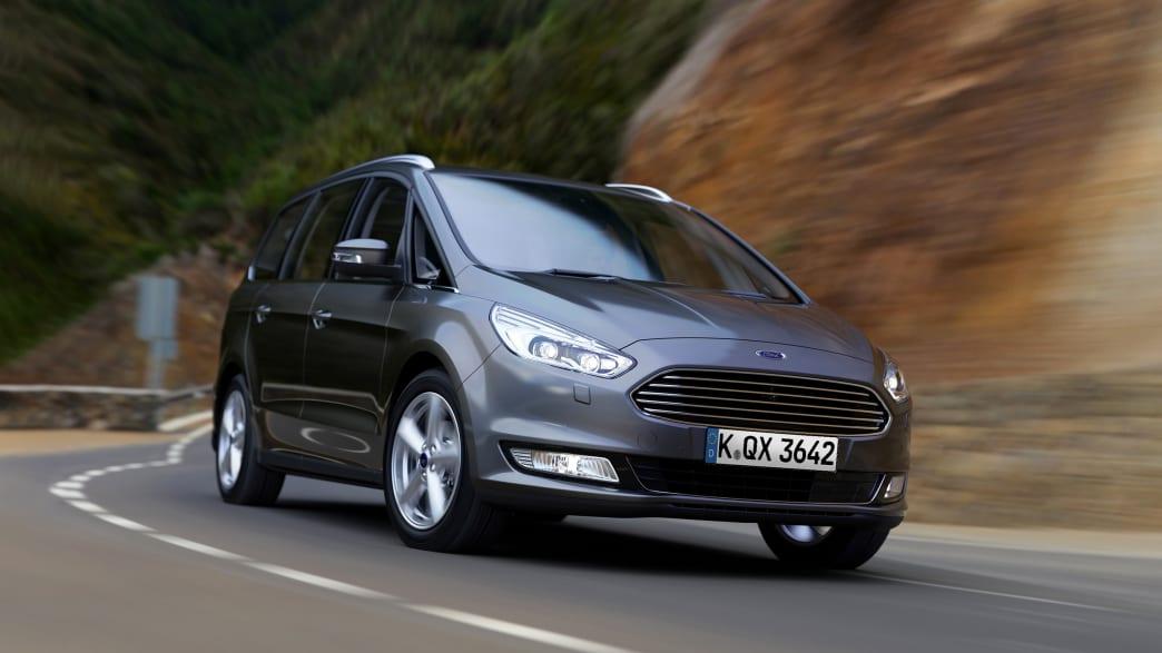 Ford Galaxy Minivan fährt um die Kurve