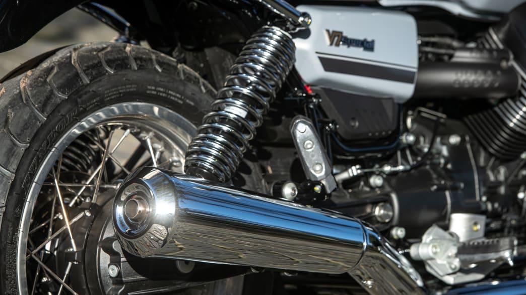 Detailaufnahme des Auspuffs einer Moto Guzzi V7 Special