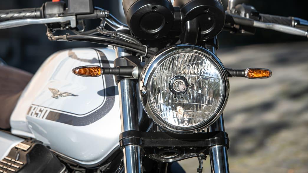 Detailaufnahme des Scheinwerfers einer Moto Guzzi V7 Special