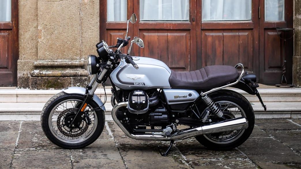 Seitenansicht einer stehenden Moto Guzzi V7 Special