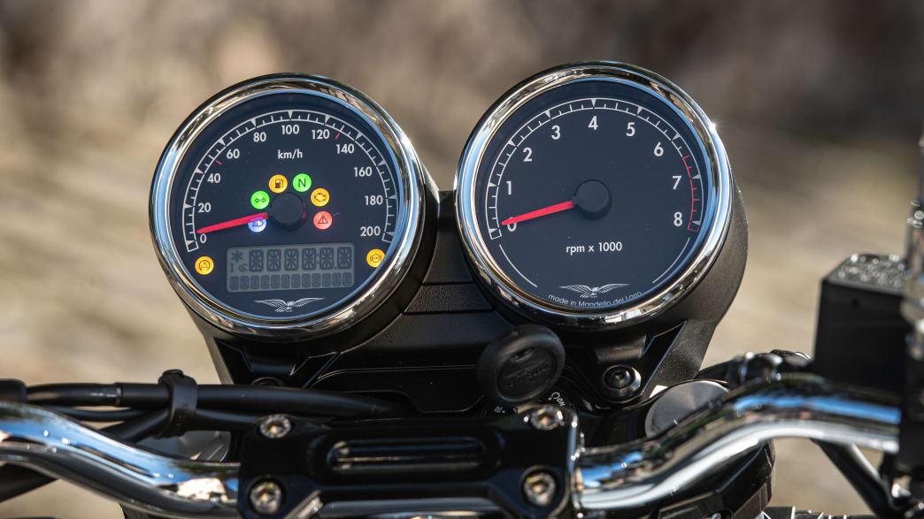 Detailaufnahme des Tachos einer Moto Guzzi V7 Special