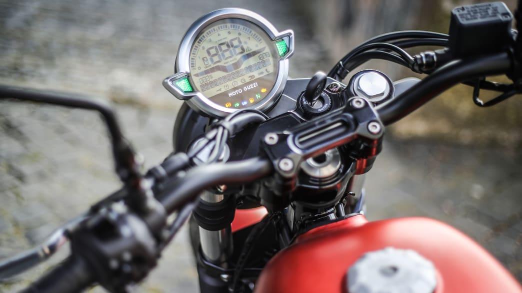 Detailaufnahme des Tachos der Moto Guzzi V7