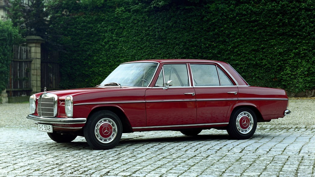 Roter Mercedes Strich 8