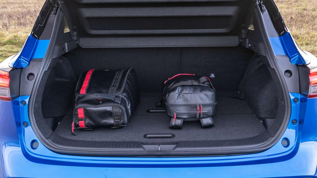im Kofferraum des Nissan Qashqai liegen Gepäckstücke