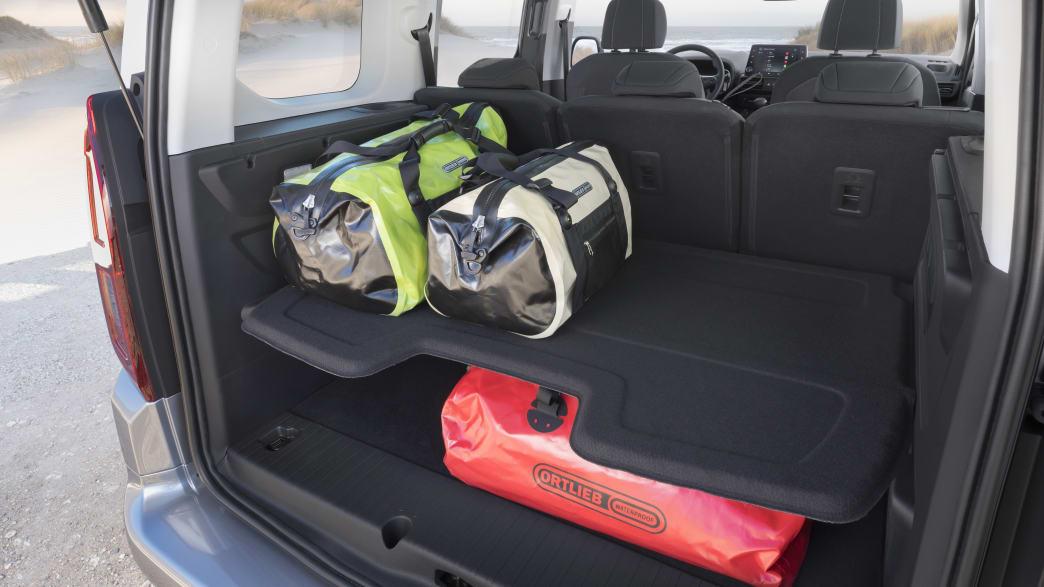 Opel Combo Kofferraum mit Taschen