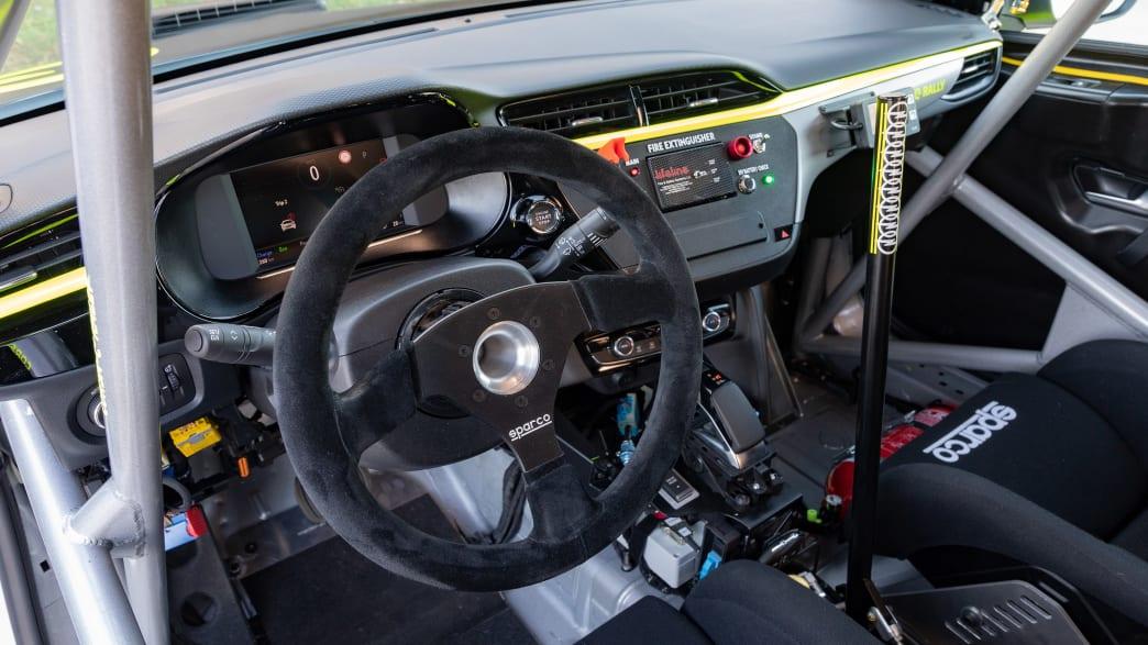 das Cockpit des elektrischen Rallye Opel Corsa