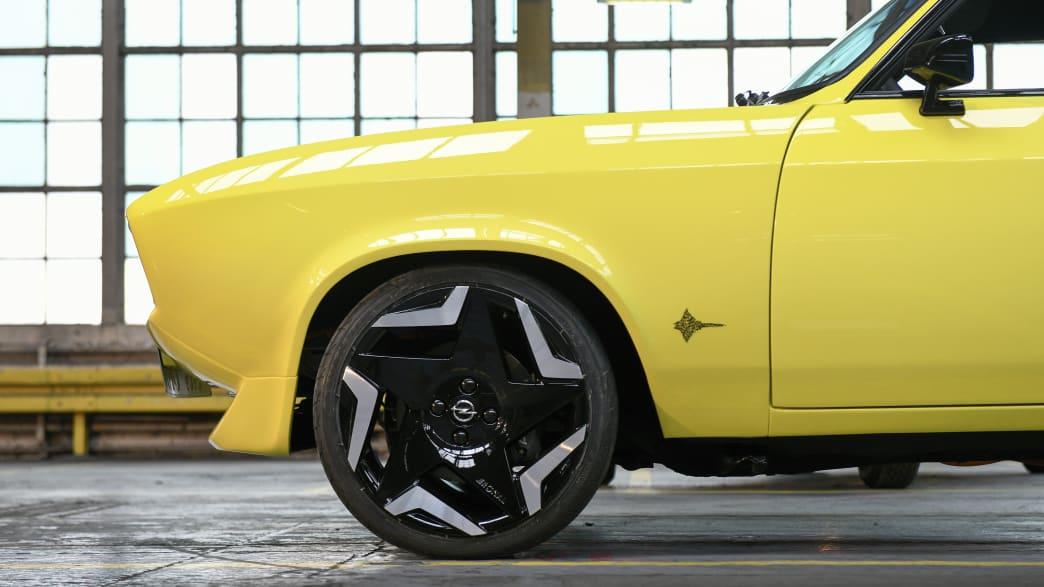 Seitliche Nahaufnahme der Front des Opel Mantra mit Elektroantrieb