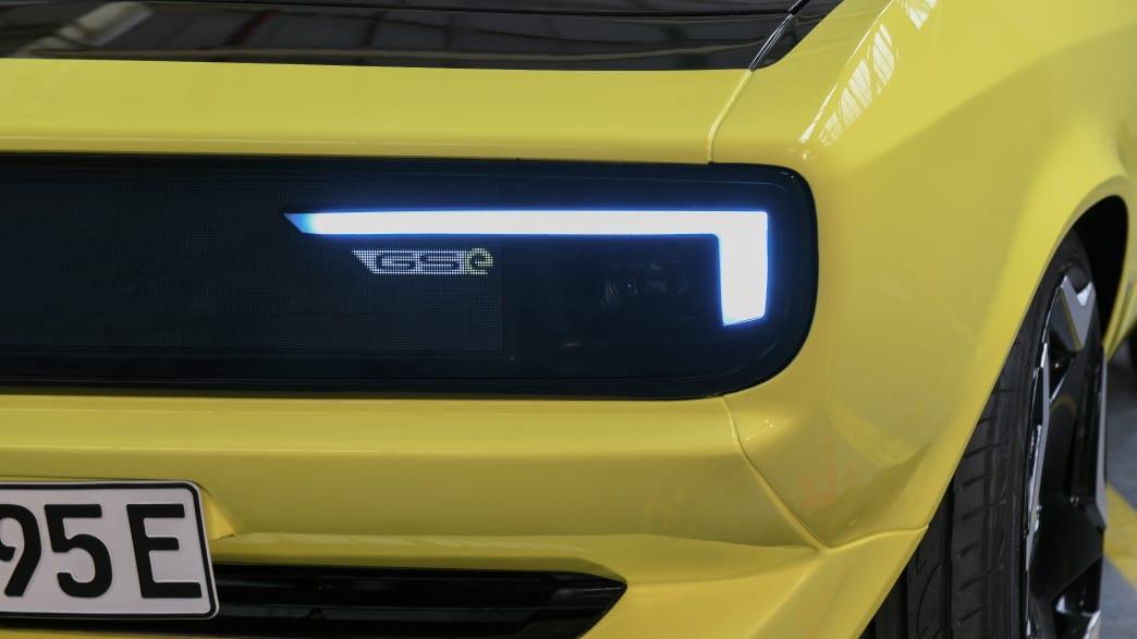 Nahaufnahme von einem Scheinwerfer des Opel Mantra mit Elektroantrieb