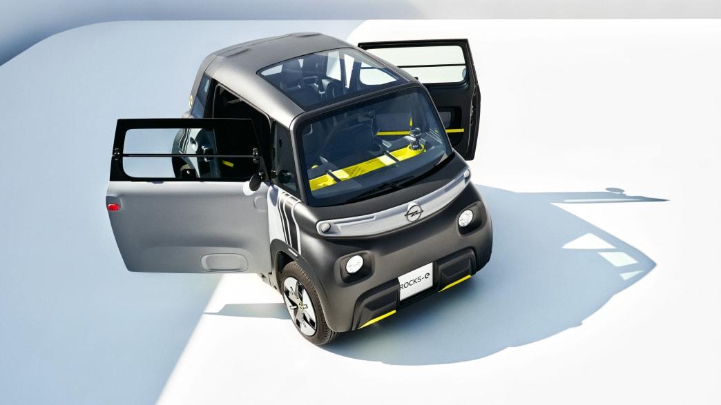 Draufsicht auf einen Opel Rocks-e mit geöffneten Türen