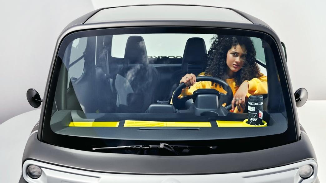 Frontansicht des Opel Rocks-e in dem eine Frau sitzt