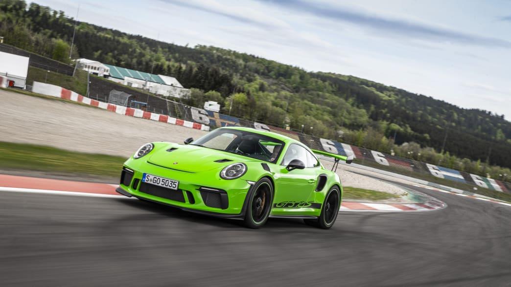 Porsche 911 GT3 RS fahrend auf einer Rennstrecke