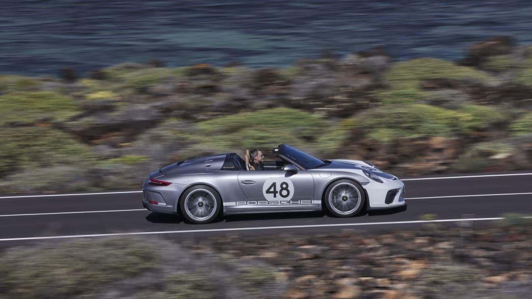Porsche 911 Speedster fahrend auf der Straße