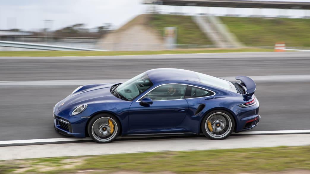Porsche 911 Turbo fahrend auf einer Rennstrecke