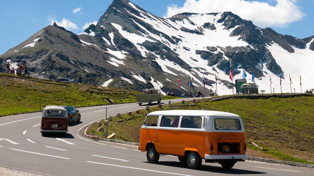 Ein alter VW Bus fährt die Hochalpenstraße entlang des Großglockners