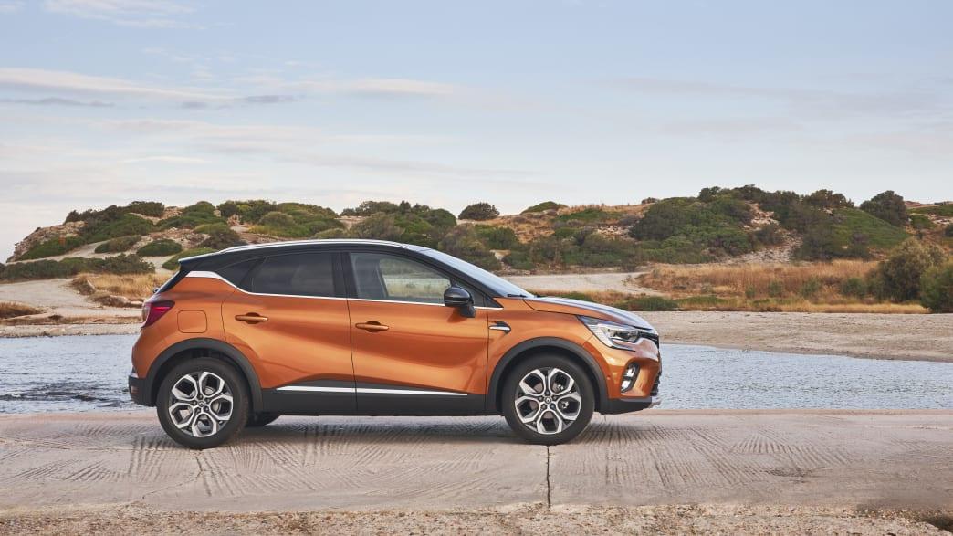 oranger Renault Captur stehend von der Seite