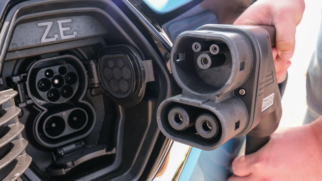 Die Ladebuchse des Renault Zoe mit Stecker des Ladekabels