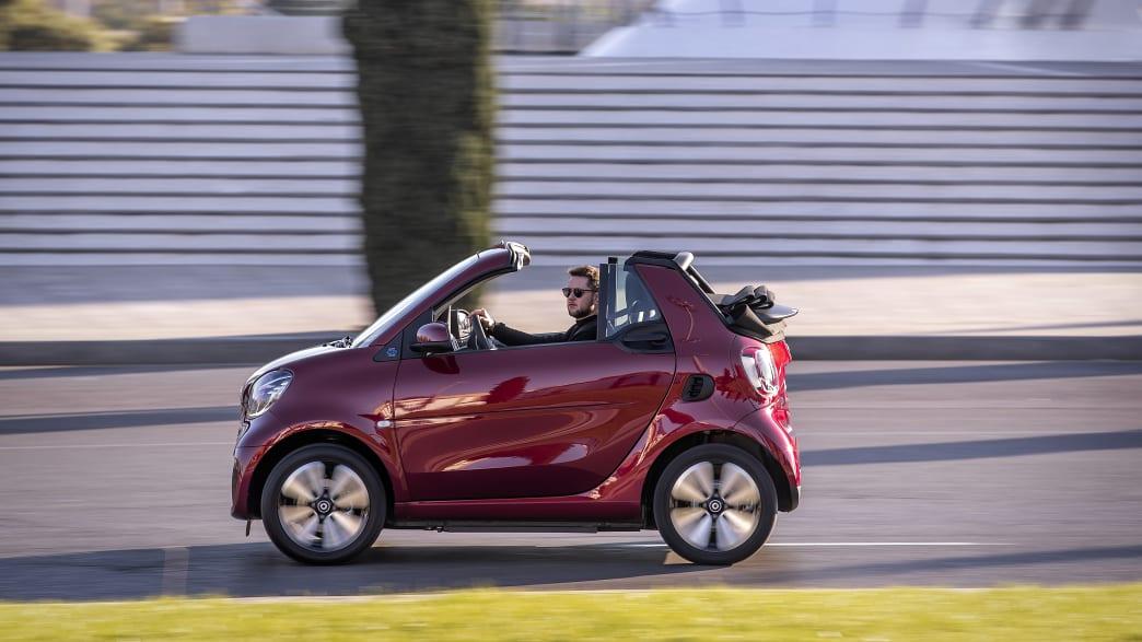 ein rotes Smart Cabrio fährt auf einer Strasse