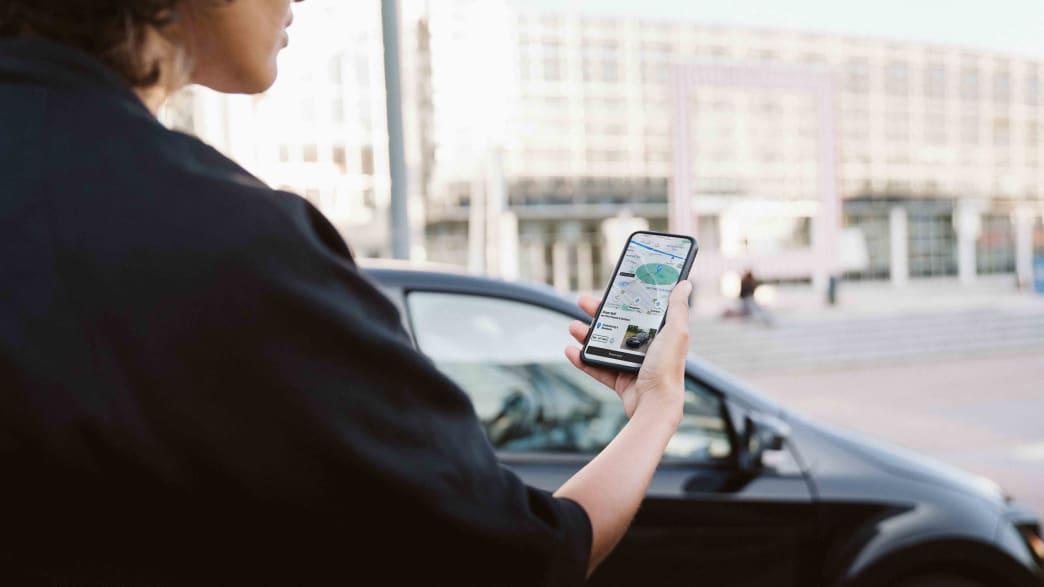 Eine Frau bedient die Sono Motors App