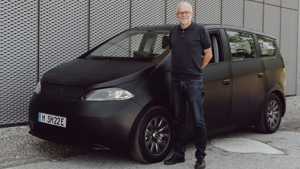 ADAC Redakteur vor dem Sono Motors Sion