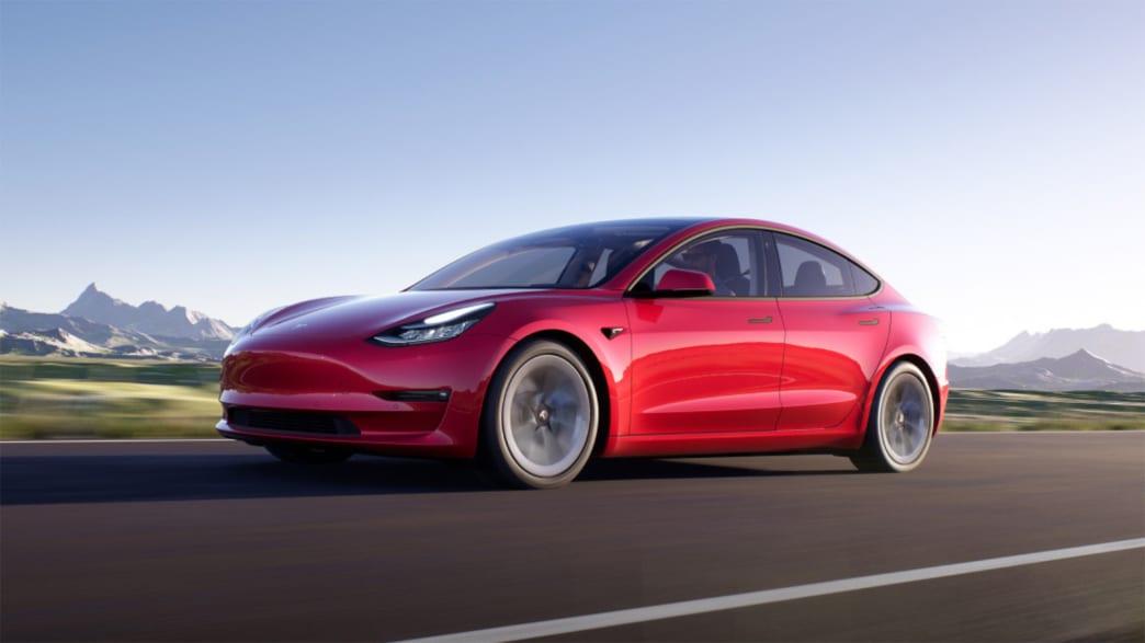 Tesla Model 3 fahrend auf einer Straße