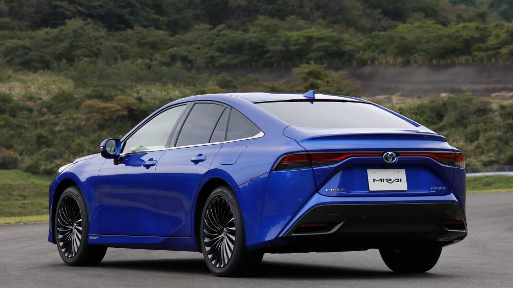 Das Wasserstoffauto Toyota Mirai stehend von hinten fotografiert