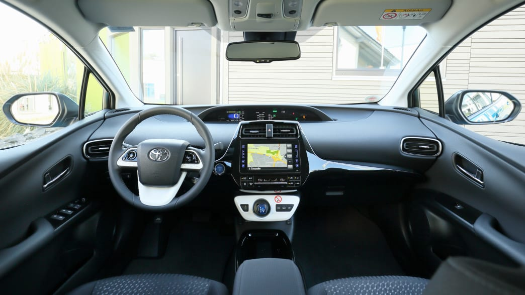 Blick in das Cockpit des Toyota Prius Hybrid Wagens