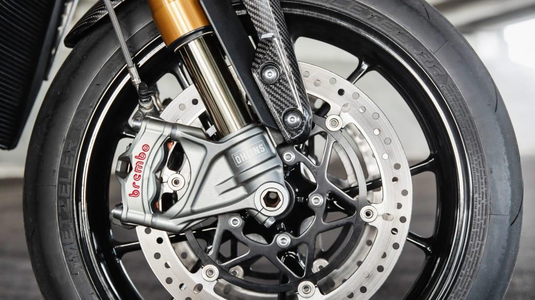 Vorderrad mit Federung des Motorrades Triumph Speed Triple 1200 RS.