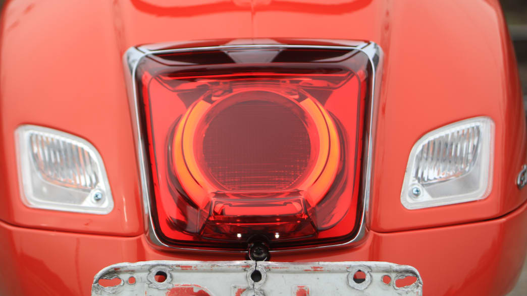 Das Rücklicht der Vespa GTS 125