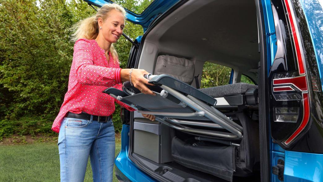 Aufbewahrung der Klappstühle im VW Caddy California