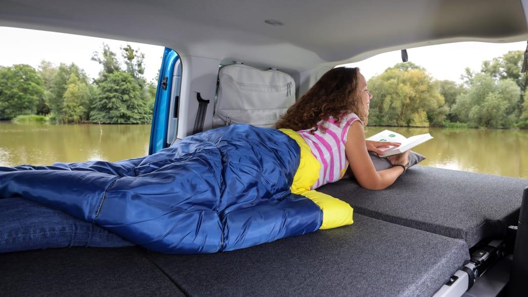 Ausgeklapptes Bett im VW Caddy California