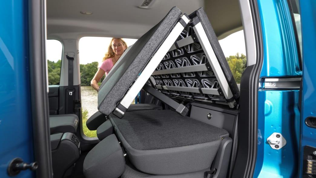 Aufbau des ausklappbaren Betts des VW Caddy California